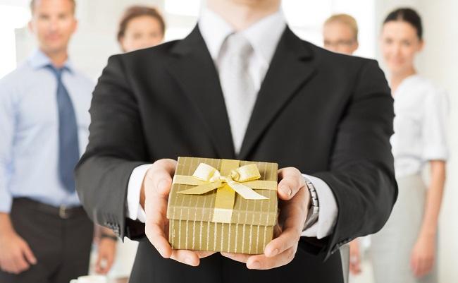 Quà tặng độc đáo cho doanh nghiệp nên và không nên tặng gì?